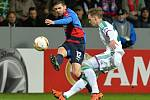 Michal Ďuriš z Plzně (vlevo) pálí proti Rapidu Vídeň.