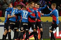 Fotbalisté Plzně se radují z gólu proti Teplicím.