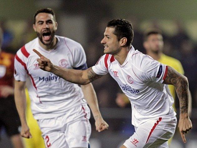 Fotbalisté Sevilly se radují z gólu proti Villarrealu.