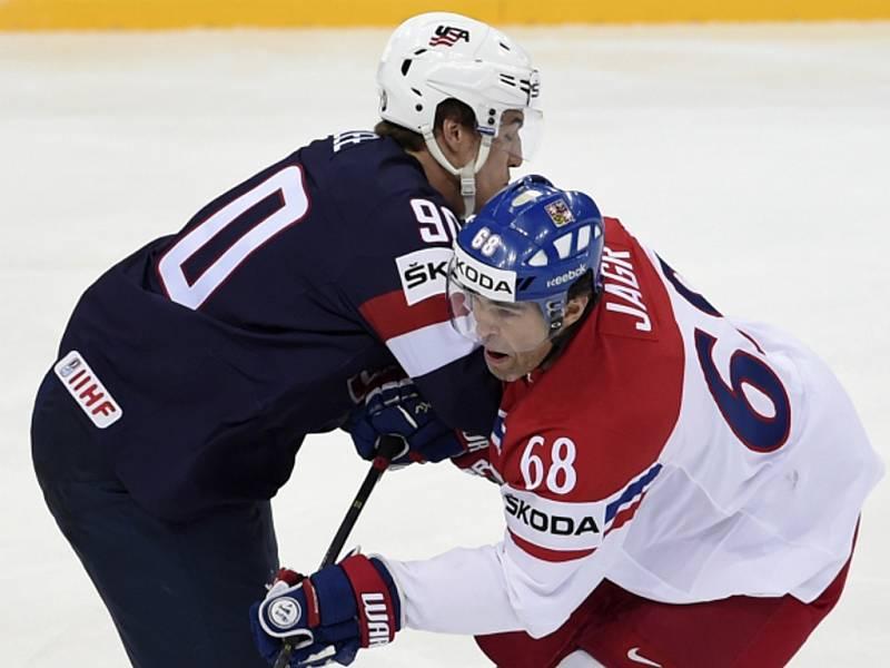 Jaromír Jágr (vpravo) a Anders Lee z USA.