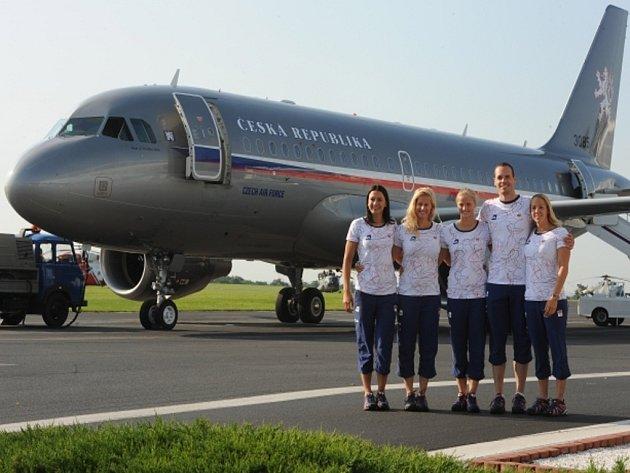 Zleva plavci Barbora Závadová, Martina Moravčíková, Simona Baumrtová, Martin Verner a Petra Chocová před odletem na olympijské hry do Londýna.