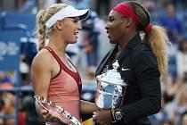 Serena Williamsová (vpravo) porazila ve finále US Open svou kamarádku Caroline Wozniackou.
