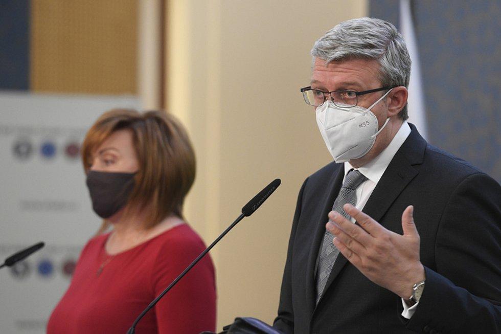 Zleva ministryně financí Alena Schillerová a ministr průmyslu a obchodu a ministr dopravy Karel Havlíček
