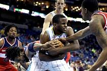 Darius Miller z New Orleans Hornets bojuje o míč