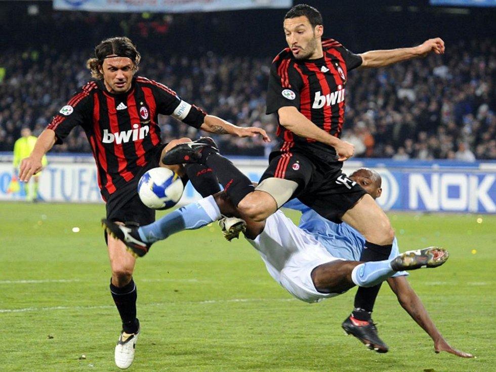 Fotbalisté AC Milán Gianluca Zambrotta (vpravo) a Paolo Maldini (vlevo) v souboji s Marcelo Zalayetou z Neapole.