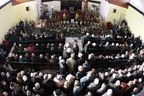 Pohřeb skokana na lyžích Jiřího Rašky ve Frenštátu pod Radhoštěm.