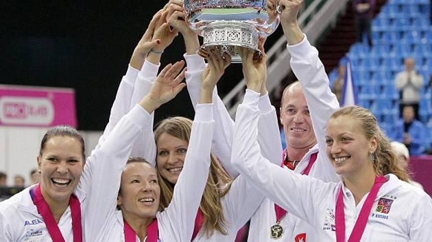 České tenistky (zleva) Lucie Hradecká, Lucie Šafářová, Květa Peschkeová, Petra Kvitová a nehrahjící kapitán Petr Pála s trofejí pro vítězky Fed Cupu.
