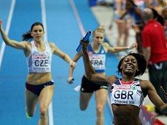 Perri Shakes-Drayton veze štafetě Velké Británie zlatou medaili.