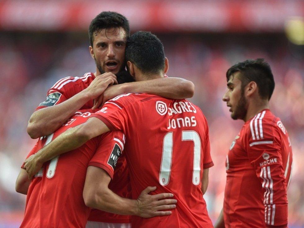 Fotbalisté Benfiky Lisabon se radují z gólu.