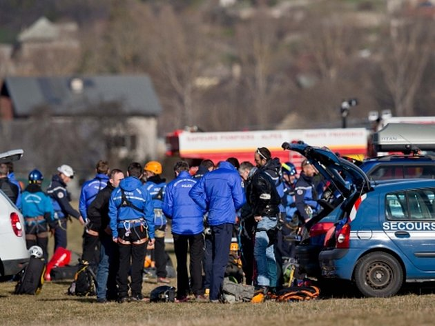 Jeden z pilotů německého airbusu prý před nehodou opustil kabinu a již se mu nepodařilo dostat zpět, neboť nikdo neotevíral dveře.