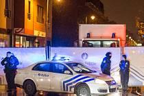 Francouzští vyšetřovatelé identifikovali prvního z atentátníků, kteří v pátek v Paříži při koordinovaném vražedném útoku zabili 130 lidí.