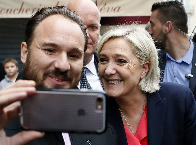 Marine Le Penová si fotí selfie