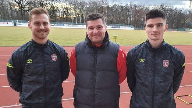 """Trenér Pavol Švantner (uprostřed) trénuje v divizním Hodoníně syna Patrika (vpravo) i """"zeťáka"""" Dresslera."""