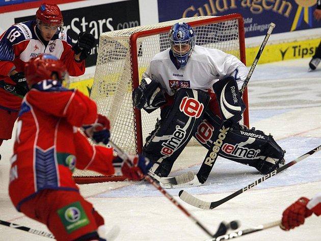 Gólman hokejové dvacítky Marek Mazanec v duelu s Ruskem.