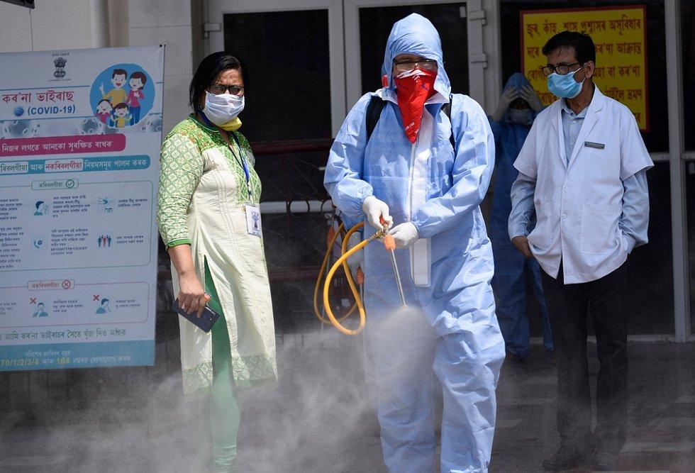 Ve snaze urychlit imunizaci národa vláda zastavila vývoz vakcín z továren AstraZeneca, a to nejméně do konce dubna. Utrpí tím především čekatelé v Africe a Maďarsku.
