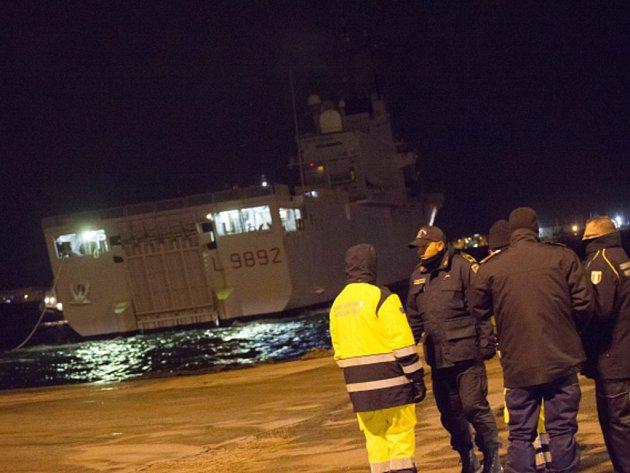 Italská prokuratura pokračuje ve vyšetřování požáru italské lodi, která začala hořet v neděli během cesty z Řecka do Itálie a ze které muselo být evakuováno přes 400 lidí. Již vyslechla kapitána trajektu a několik členů posádky.