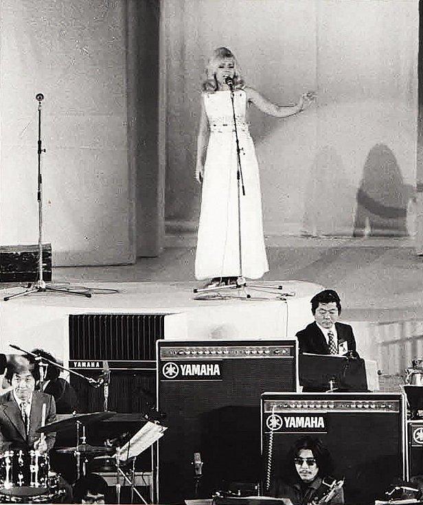 Přes padesát let patří Helena Vondráčková ke stálicím české hudební scény. Snímek je z roku 1970 z festivalu v Japonsku.