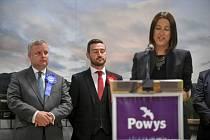 Liberální demokratka Jane Doddsová během projevu po vítězných doplňovacích volbách do Dolní sněmovny za velšský volební obvod Brecon a Radnorshire. Vlevo stojí poražený konzervativní poslanec Chris Davies