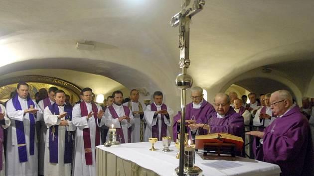 Kardinál Stanislaw Dziwisz (druhý zprava) a jeho kolegové se společně modlili u hrobu Jana Pavla II.