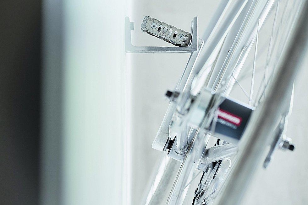 Kolohák. Tento elegantně industriální háček unese každé kolo a zapadne nejen do minimalistického interiéru.