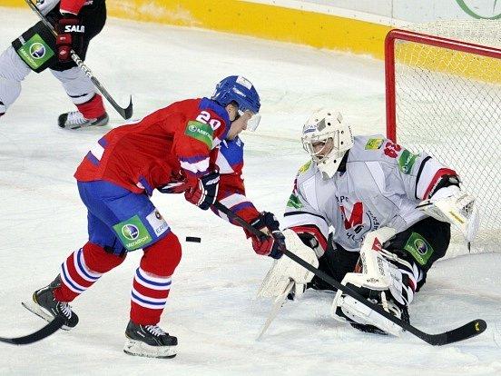 Hokejisté Lva Praha zvítězili v KHL v Novokuzněcku 3:2 a po středeční prohře v Novosibirsku si připsali první úspěch na třízápasovém turné na Sibiři.