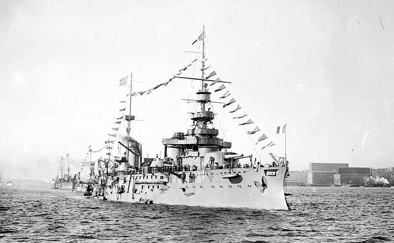Francouzská bitevní loď Liberté v newyorském přístavu během své návštěvy Spojených států