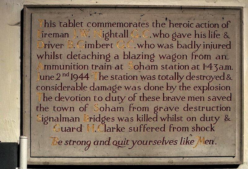 Pamětní deska k uctění památky topiče Jamese Nightalla a strojvůdce Benjamina Gimberta, kteří zachránili britské město Soham tím, že s nasazením životů odpojili od muničního vlaku hořící vůz a odtáhli ho pryč. Nightall při následném výbuchu vozu zahynul