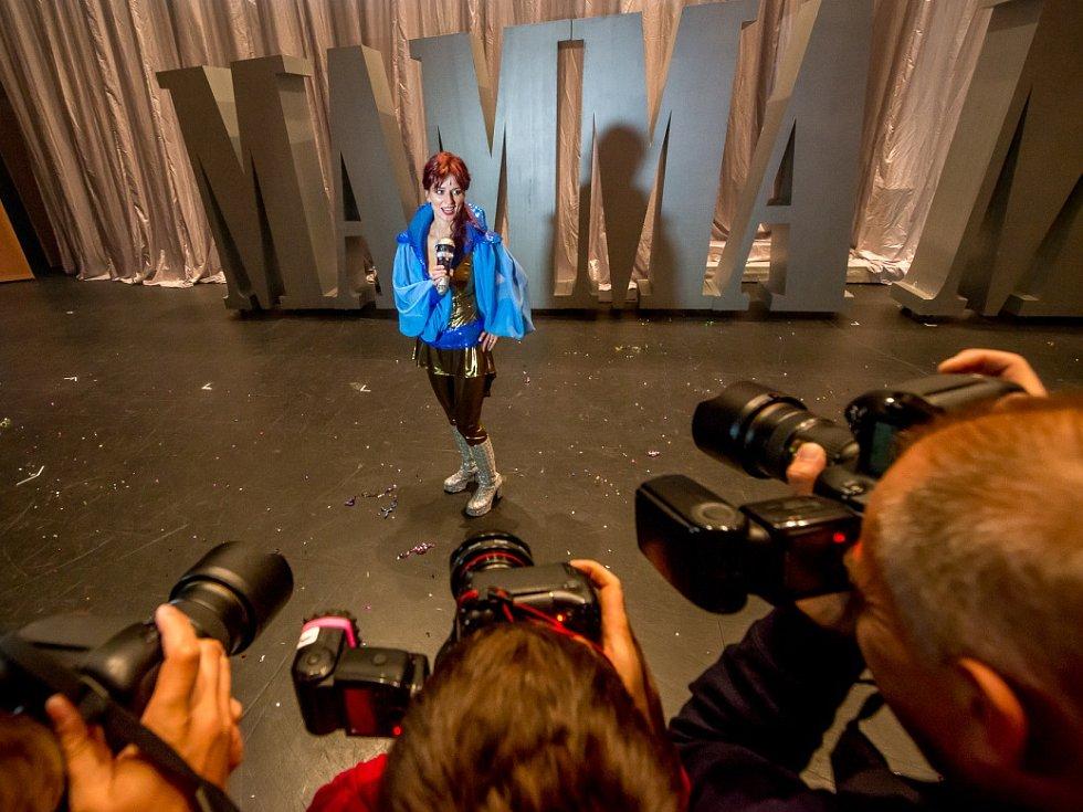 Zpívající herečka Adéla Gondíková se v pátek poprvé představila jako výstřední milionářka Tanya v muzikálu Mamma Mia!