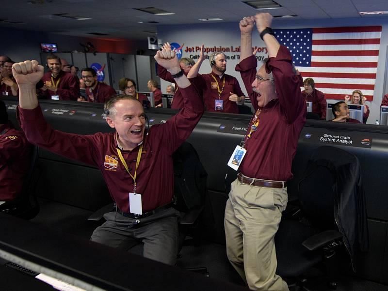 Pracovníci centrály NASA se radují z úspěchu sondy InSight.
