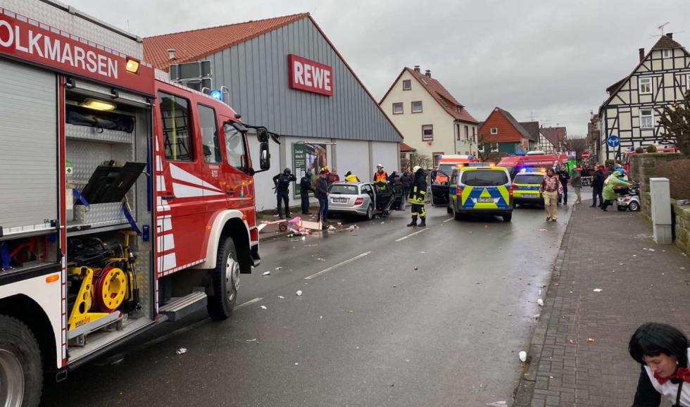 Do davu v Německu najelo auto.