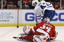 Hokejový brankář Petr Mrázek inkasoval v nedělním utkání NHL pouze jediný gól, přesto si připsal porážku.
