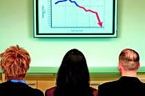 Světová ekonomika letos poroste o 2,9 procenta, pokud se však nepodaří vyřešit některé zásadní hrozby, začnou se nad jejím dalším vývojem stahovat mračna