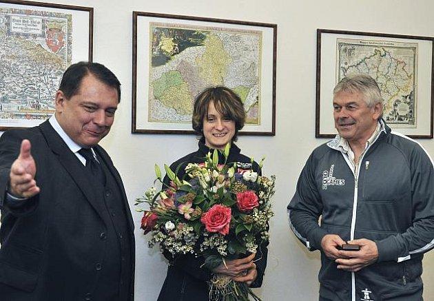 Předseda ČSSD Jiří Paroubek se 8. března v Lidovém domě v Praze setkal s olympijskou vítězkou Martinou Sáblíkovou a jejím trenérem Petrem Novákem (vpravo).