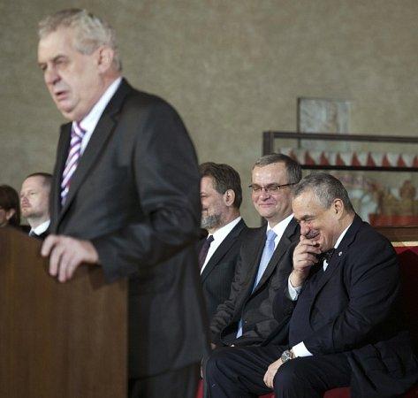 Ministr zahraničí, předseda TOP 09a poražený kandidát na prezidenta Karel Schwarzenberg sleduje projev svého soupeře zdruhého kola prezidentských voleb a nového prezidenta Miloše Zemana