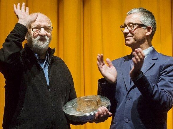 Prestižní cenu Mezinárodní federace filmových archivů (FIAF) převzal na 49.ročníku Mezinárodního filmového festivalu Karlovy Vary režisér, scenárista a výtvarník Jan Švankmajer (vlevo). Ocenění mu předal prezident této organizace  Eric Le Roy.