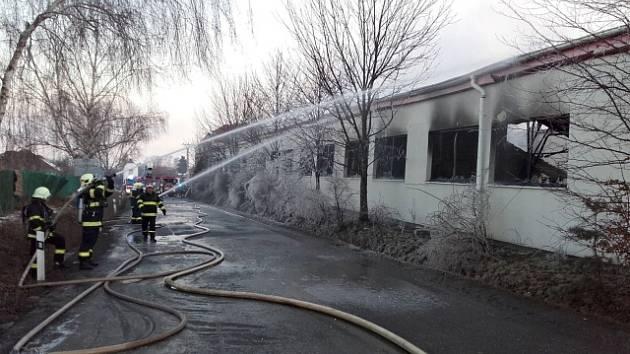 Ve Zvoli v okrese Praha-západ hořela v noci na 14. února lakovna. U rozsáhlého požáru, který vypukl v noci, zasahovaly desítky hasičů ze Středočeského kraje a hlavního města. Dva lidé byli při požáru zraněni, jeden člověk se pohřešuje.
