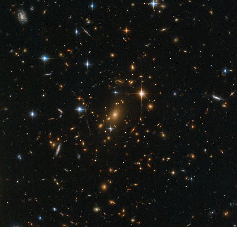 """Vesmír """"očima"""" Hubbleova dalekohledu. Každá galaxie je domovem bezpočtu hvězd"""