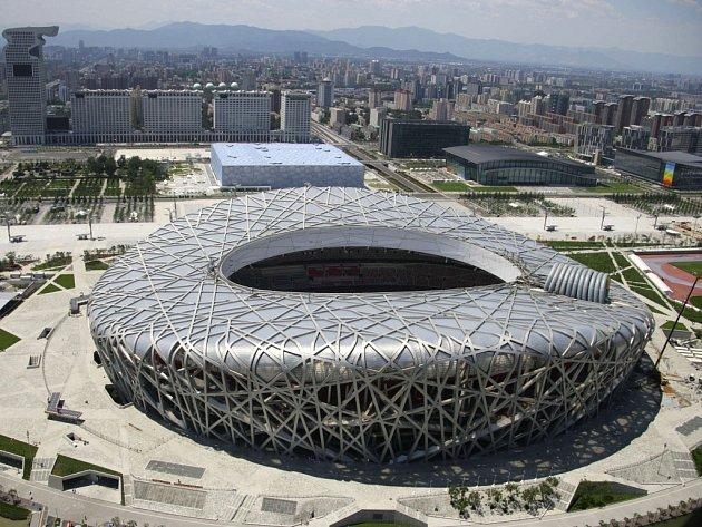 """Na tomto stadionu s přezdívkou """"Ptačí hnízdo"""" čínská mise za medailemi začne úvodním ceremoniálem."""