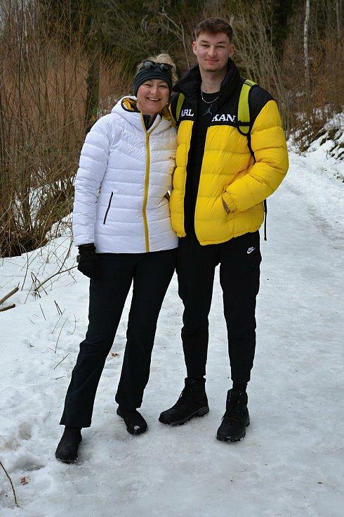 Pulčínské ledopády lákají každoročně na neobvyklou podívanou. Lidé je berou útokem a nerespektují pravidla CHKO Beskydy. 5. února 2021 byla přístupová cesta zledovatělá. Za krásami ledu vyrazili Marcela a Jakub Schorníkovi.
