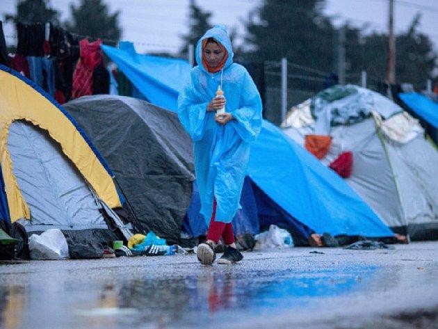 Většinu provizorního uprchlického tábora v řeckém Idomeni na hranici s Makedonií, kde se v kritických podmínkách tísní na 12.000 migrantů, by řecké úřady mohly vyklidit do 20 dnů.