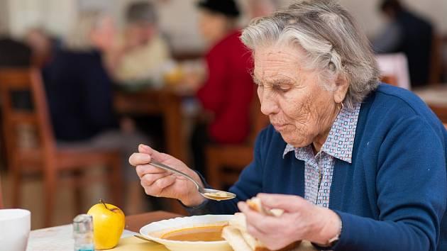 Starobní, invalidní a pozůstalostní důchody by se mohly v lednu po zákonné valorizaci zvýšit ještě o dalších 300 korun.