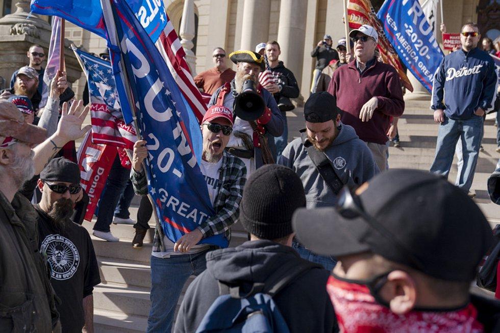 Demonstrace příznivců Donalda Trumpa ve městě Lansing v Michiganu proti výsledkům prezidentských voleb, 7. listopadu 2020