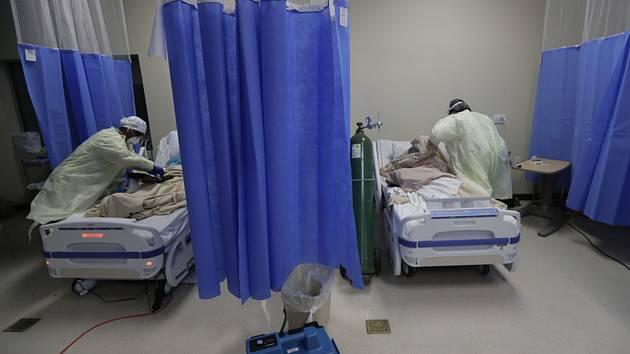 Zdravotníci u lůžek pacientů s nemocí covid-19 v nemocnici ve městě McAllen v americkém Texasu, 20. července 2020
