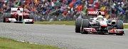 Lewis Hamilton první, Fernando Alonso druhý.