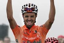 Vítězné gesto Samuela Sáncheze v cíli 19. etapy Vuelty.
