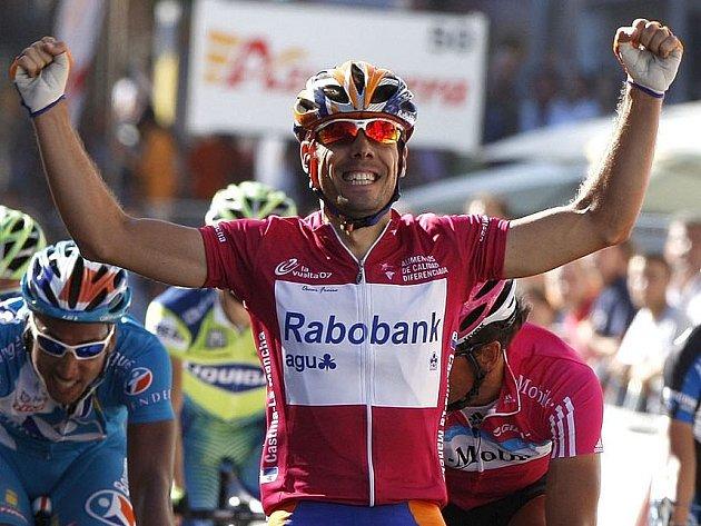 Oscar Freire projíždí cílem šesté etapy cyklistické Vuelty.