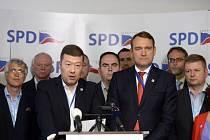Předseda SPD Tomio Okamura (třetí zleva), místopředseda Radim Fiala (třetí zprava) a další představitelé vystoupili 11. července 2020 v Praze na tiskové konferenci k zahájení kampaně hnutí do krajských a senátních voleb.