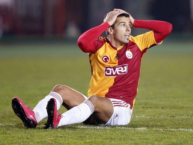 Milan Baroš se chytá za hlavu během utkání osmifinále Poháru UEFA proti Hamburku. Jeho Galatasaray nakonec prohrál a nepostoupil.