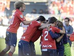 Fotbalisté Osasuny Pamplona se radují z vítězného gólu do sítě Realu Madrid. Vlevo jásá Jaroslav Plašil.