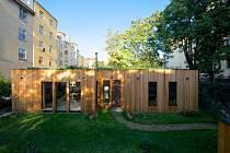 Vítěz 9. ročníku, dům smokřadní střechou, vyhrál též v kategorii Stavba. Rodinný dům stojící ve vnitrobloku na pražské Letné poutá pozornost květinovou střechou, jež zároveň slouží jako kořenová čistička vody